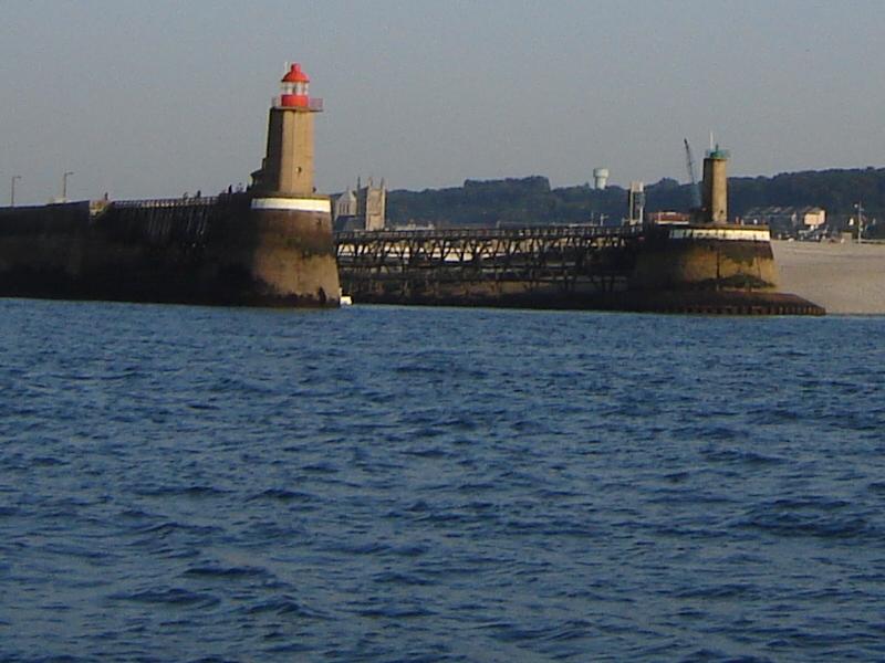 Les phares encadrant l'abbaye et saint Etienne
