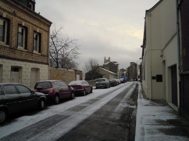 Rue de mer légèrement enneigée
