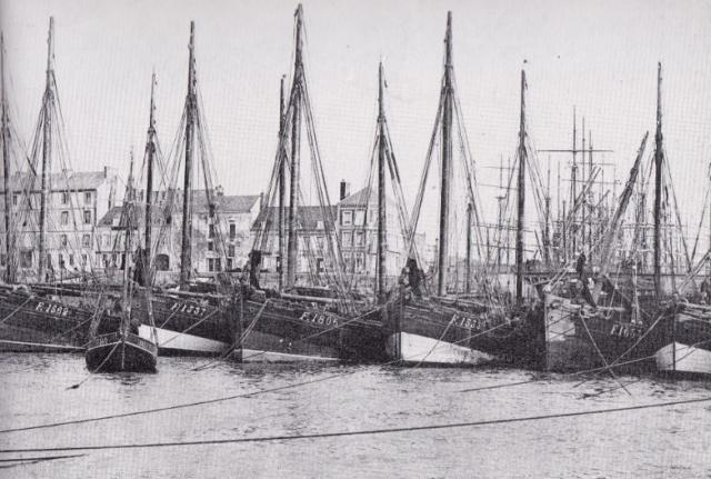 Bateaux de pêche dans l'avant-port