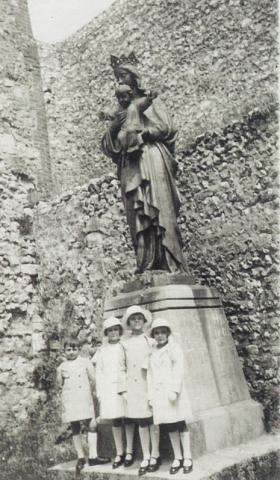 la Vierge dorée dans la cour de la Chapelle Notre-Dame de Salut