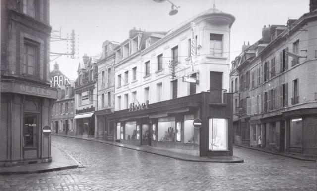 Devanture magasin Fisset, rue Alexandre Legros en 1951